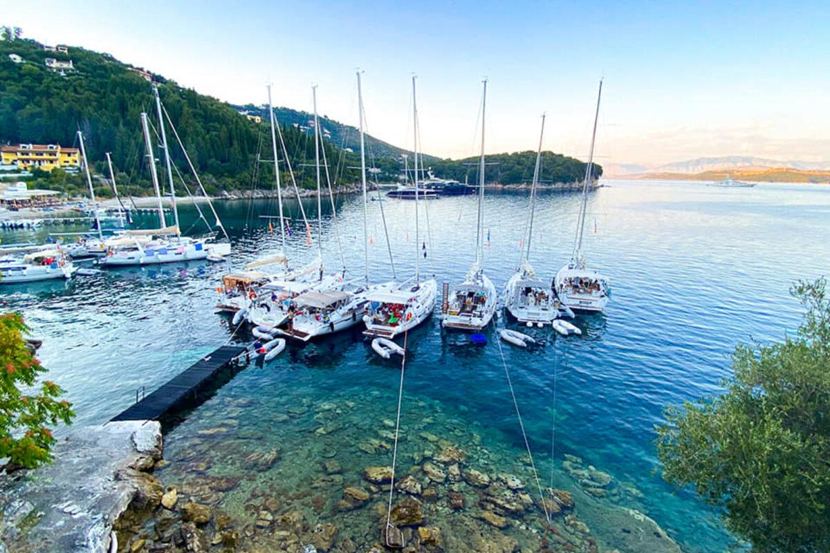 Flottielje aan kleine steiger in corfu