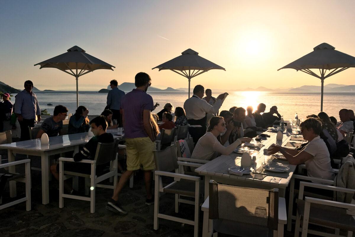 Flottielje diner aan lange tafels met zonsondergang