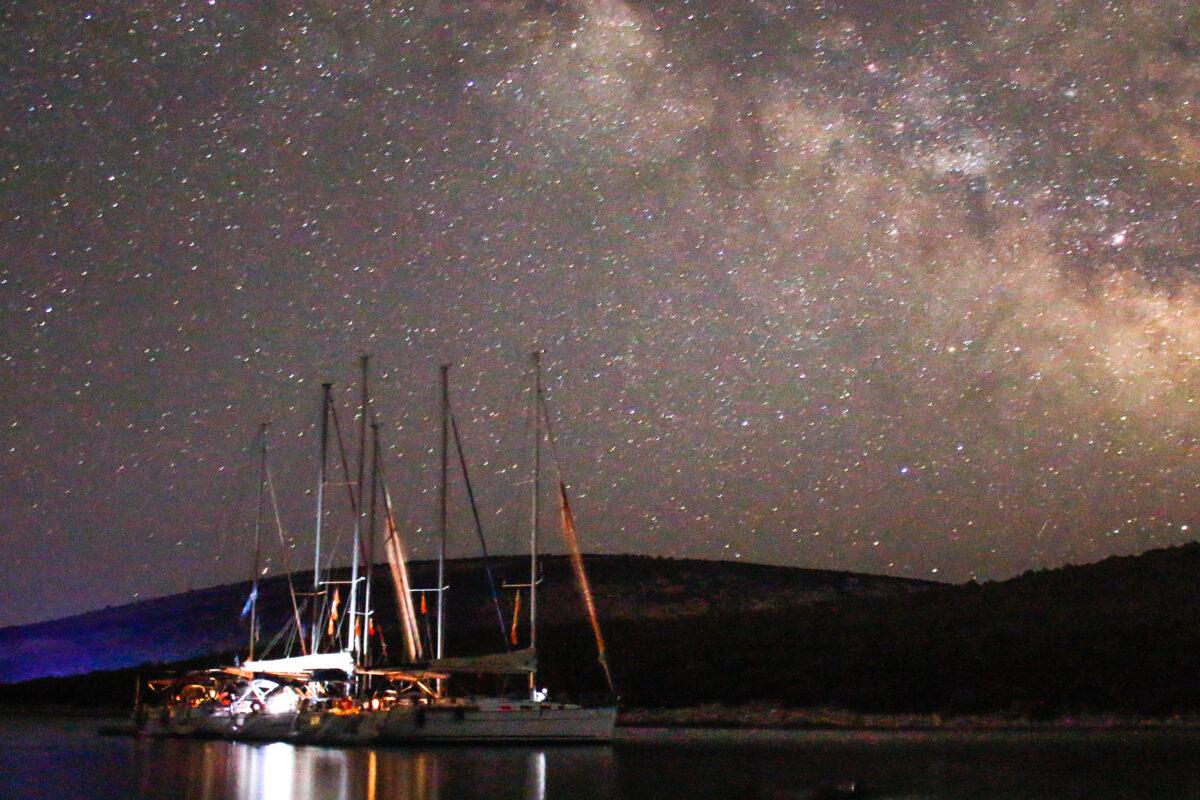 Flottielje onder de sterrenhemel met melkweg