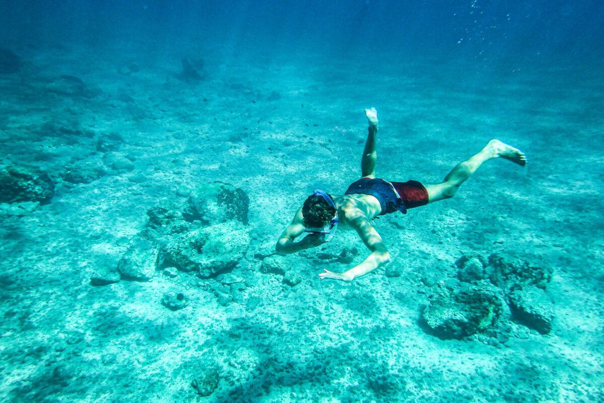 Snorkelen in helder water in mooie baai