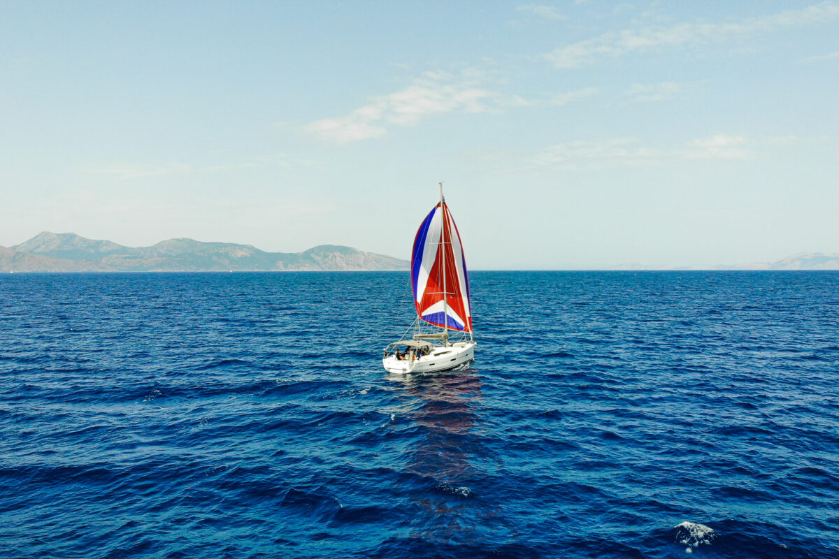 Zeiljacht op zee bareboat