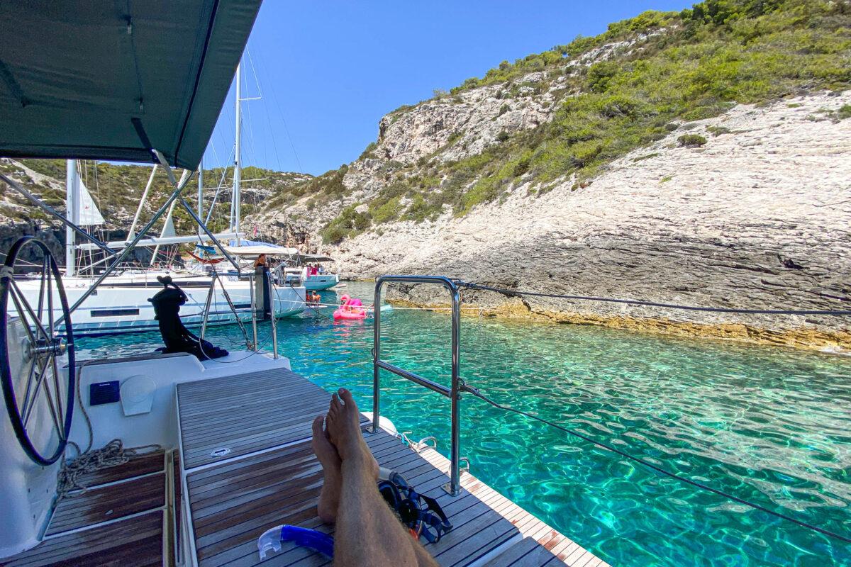 Zeilvakantie in Kroatië - zwemmen in een mooie baai