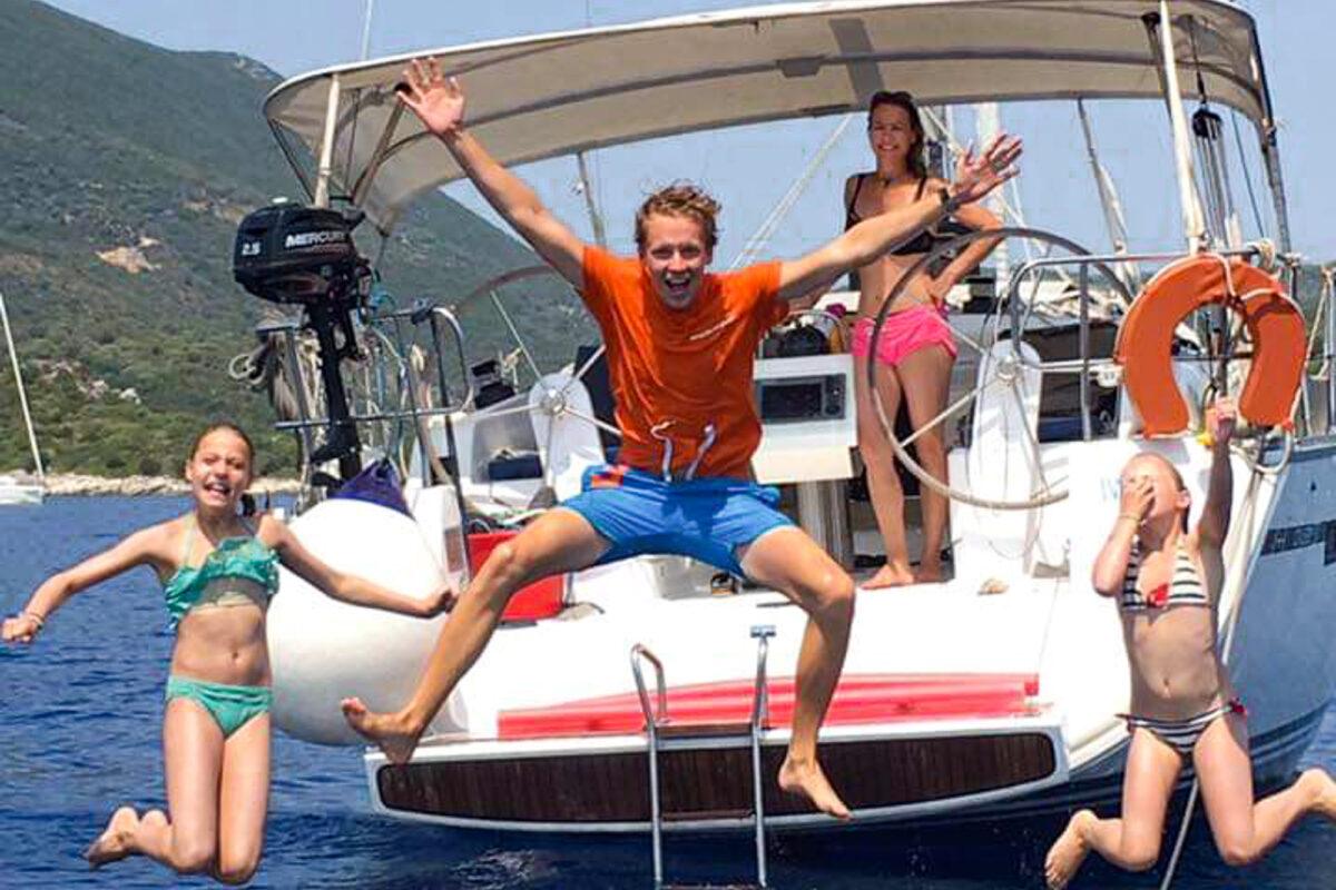 Schipper springt in het water met kinderen